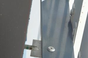 Edelstahl Abstandshalter, die punktuell aus dem Baukörper ragen, nehmen unter anderem die hohen Windlasten auf, welche auf die Lamellen wirken.<br />