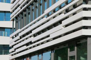 Das 20 mm breite Aluminium Profil verläuft jeweils über die Hauptachsen und reicht vom obersten Deckenrand bis zur Decke des Erdgeschosses.<br />