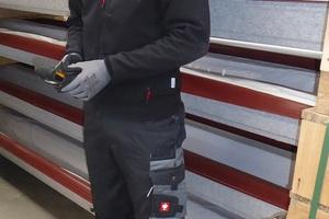 """<div class=""""bildtext"""">Jeder Mitarbeiter verfügt über eine Sommer- und Wintergrundausstattung mit drei Hosen und Oberteilen sowie einer Jacke und Schuhe.</div>"""
