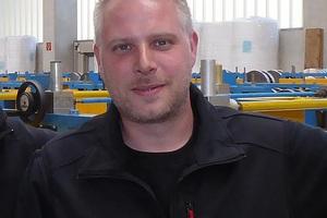 """<div class=""""bildtext"""">Wolfgang Schäfer (rechts) ist als Produktionsleiter zuständig für die Beschaffung der Arbeitskleidung. </div>"""