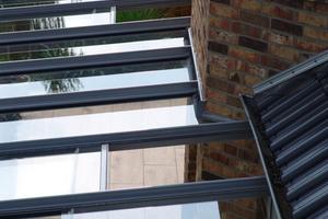 """<div class=""""bildtext"""">Mit einem manuell leicht bedienbaren Dachschiebefenster kann Stauluft über das Dach abgeführt werden — eine Finesse von TS Aluminium.</div>"""
