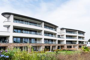 """<div class=""""bildtext"""">Bei der Wohnresidenz Ocean House in St. Austell/England wurde an den Balkonen der Apartments Easy Glass Smart von Q-railing installiert. </div>"""