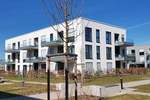 """<div class=""""bildtext"""">Ein Wohnbau in der Münchner Hochäckerstraße mit Ganzglasgeländern von Abel Metallsysteme.</div>"""