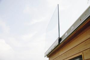 """<div class=""""bildtext"""">Das erste Glasmodul eines Geländers ist entlang der Montageschiene von Glas Marte montiert.</div>"""