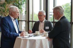 """<div class=""""bildtext"""">Networking in den Pausen: Referent Christian Anders (l.) im Gespräch mit Bernd Klein von Inoclad Engineering.</div>"""