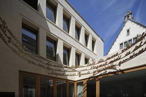 """Über dem Portal der Synagoge wurde das Gedicht """"Gemeinsam"""" der Schriftstellerin Rose Ausländer (1901-1988) gesetzt.<br />"""