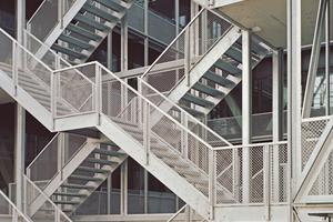Eine vertikale Treppenkonstruktion dient der Erschließung und ist die vertikale Fußgängerzone des Hauses.