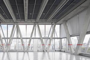 Die Netzstruktur aus Beton findet ihr Pendant als Verdopplung in einer netzartigen Fassadenkonstruktion aus Stahlprofilen.<br />