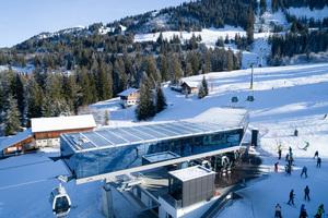 Da das Glasdach der Seilbahnstation nicht geneigt ist, musste eine Lösung für die hohe Schneelast gefunden werden.<br />
