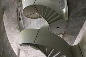 Die dreiviertel gewendelte Skulptur hat insgesamt 115 Steigungen.<br />