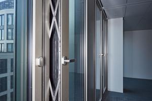 """Die nach innen öffnenden Lüftungsklappen des Frankfurter Marienturms sind mit Parallel-Ausstellscheren aus dem Programm """"Roto PS Aintree"""" und Roto Sondereckumlenkungen ausgestattet."""