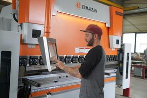 """<div class=""""bildtext"""">Smela investiert in moderne Maschinen: Die CNC-gesteuerte Abkantpresse wurde im Februar 2019 angeschafft.</div>"""