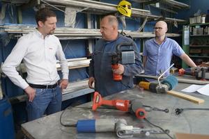 """<div class=""""bildtext"""">Hilti Außendienstmitarbeiter Bernhard Vogel (l.) holt sich gerne ein Urteil über neue Maschinen von den Fachkräften in der Werkstatt ein.</div>"""