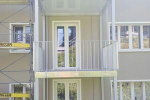 """<div class=""""bildtext"""">Das Verona-Balkonsystem besteht aus einem Stahlrahmen mit einem weißen Aluminiumblech im Rahmeninneren – von unten sieht man eine weiße Fläche. </div>"""