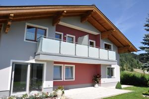 """<div class=""""bildtext"""">Balkone mit Design-Glaselemente erleben im Salzburger Land eine Renaissance.</div>"""