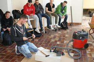 """<div class=""""bildtext"""">Schüler Niklas Kaczmarek bei der Einstellung des Drehmomentschlüssels für die Schwerlastankermontage.</div>"""
