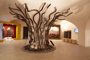 """<div class=""""bildtext"""">An dem """"Stammbaum"""" für das Museum Cadolzburg hat auch Jasmin Sauer mitgearbeitet.</div>"""
