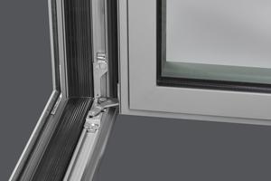 """<div class=""""bildtext"""">Die Bandseite Titan axxent 24+ ist jetzt auch in einer klemmbaren Variante für Aluminiumfenster mit 16 mm Beschlagaufnahmenut erhältlich.</div>"""