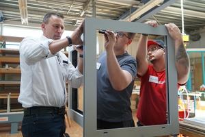 """<div class=""""bildtext"""">Bevor die Azubis in ihren Teams selbständig arbeiteten, hat Fenster-Experte Ralf Wentland die einzelnen Arbeitsschritte gezeigt.</div>"""