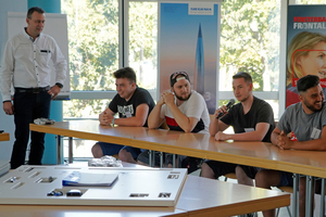 """<div class=""""bildtext"""">Einen Tag lang hat Ralph Wentland 20 Auszubildende der Gewerblichen Akademie für Glas-, Fenster- und Fassadentechnik in Karlsruhe zum Thema Beschlag unterrichtet.</div>"""
