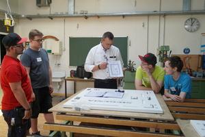 """<div class=""""bildtext"""">Der Praxisteil des Workshops — die Montage der Beschlagsteile an Flügel und Rahmen — fand in der Werkstatt der Berufsschule statt.</div>"""