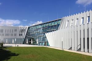 """<div class=""""bildtext"""">Die Fassade der Anton-Bruckner-Privatuniversität in Linz ist mit Effekt-Pulverlacken von Tiger beschichtet.</div>"""