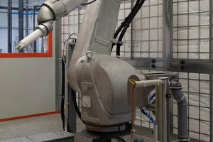 """<div class=""""bildtext"""">Seit einem Jahr: Mit der vollautomatischen Roboterlackieranlage bietet Stork Oberflächentechnik Beschichtungen auf Automotive-Niveau.</div>"""