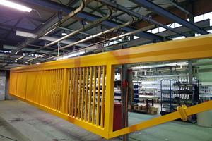 """<div class=""""bildtext"""">In den Anlagen von Lohnbeschichter Bader können auch Großteile beschichtet werden. Hier ein Hoftor aus Aluminium mit 13 Metern Länge.</div>"""