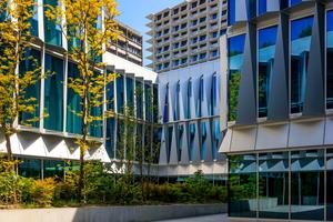 """<div class=""""bildtext"""">Bürgerspital Solothurn: An der Innenhoffassade dienen die mächtigen Aluminiumschilder als Brise Soleil.</div>"""