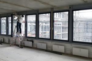 """<div class=""""bildtext"""">Redinger hat in Kooperation mit InnoAction 1.500 Aluminiumfenster am Verwaltungsgebäude CAZA in München ausgetauscht.</div>"""
