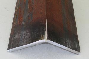 """<div class=""""bildtext"""">Eine Stahlaussenkante mit einer normkonformen Fase nach Bearbeitung durch die Akku-Kantenfräse.</div>"""