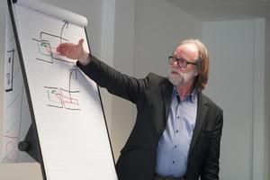 """<div class=""""bildtext"""">Holzingenieur Jochem Mülhausen hat mehr als 15 Jahre Erfahrungen als Schulungsreferent.</div>"""
