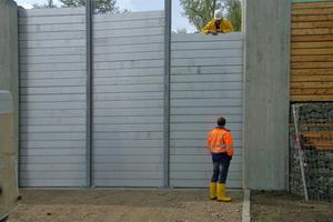 """<div class=""""bildtext"""">Die HWS-Wand in Öblingen schützt mit einer Höhe von 4,60 m vor Hochwasser an der Donau.</div>"""