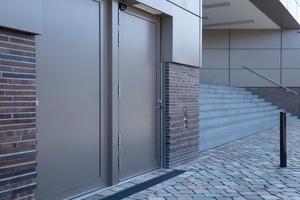 """<div class=""""bildtext"""">Die seitlichen Aufnahmeschienen für das HWS-System WP WASTO wurden beim neuen Firmensitz der Centogene AG in Rostock filigran ins Gebäude integriert.</div>"""
