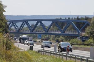 """<div class=""""bildtext"""">Über ein Wochenende im August wurden die Brücken eingebaut und am Montag rollte der Verkehr wieder über die A45. </div>"""