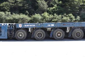 """<div class=""""bildtext"""">16 solche selbstfahrende Plattform-Modultransporter (SPMT) des Ulmer Herstellers Kamag Transporttechnik wurden für den Einhub verwendet. </div>"""
