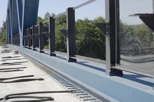 """<div class=""""bildtext"""">Die aufbetonierten seitlichen Fahrbahnbankette werden durch die herausragenden Bewehrungsstähle mit dem Brückenkörper verbunden.</div>"""