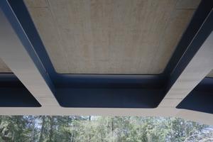 """<div class=""""bildtext"""">Unmittelbar auf das Stahltragwerk wurde die Fahrbahnplatte als Ortbetonkonstruktion betoniert. Dazu wurde eine sägeraue Schalung zwischen die Stahlunterzüge eingezogen. </div>"""