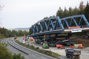 """<div class=""""bildtext"""">Am Tag vor der Einfahrt waren bereits die temporären Auflager der nördlichen Brücke entfernt worden und die Brücke ruhte auf den SPMT. </div>"""