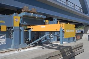 """<div class=""""bildtext"""">Mit vier solchen hydraulischen Hebepressen wurde die Brücke angehoben.</div>"""