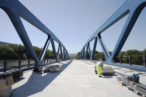 """<div class=""""bildtext"""">Beide Brücken wurden bis auf die oberste Asphaltdecke und die seitlichen Fahrbahnbankette vorgefertigt.</div>"""