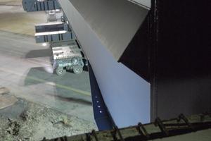 """<div class=""""bildtext"""">Nachdem die Brücke neben den Auflager manövriert war und parallel zu ihrer finalen Position stand, wurden die Räder um 90° gedreht und das Bauwerk von der Seite in ihre Endposition gefahren.</div>"""