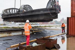 """<div class=""""bildtext"""">Hafendrehbrücke in Lübeck: 320 Tonnen Stahl hingen am Haken des Schwimmkrans ENAK im Lübecker Hafen. </div>"""