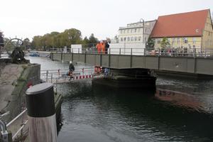 """<div class=""""bildtext"""">Die Bahnhofsbrücke in Rostock-Warnemünde ist fast 44 Meter lang. Die Drehbrücke aus dem Jahr 1903 wurde von Schorisch Magis saniert. </div>"""