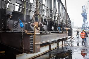 """<div class=""""bildtext"""">Eine Hafendrehbrücke in Lübeck: Auf einer mobilen Baustelle ersetzen die Stahlbauer an die 2.000 Nieten durch neue Rundkopf-HV-Schrauben. </div>"""