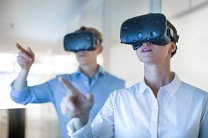 """<div class=""""bildtext"""">Mit VR-Brillen können bei Kunden Emotionen geweckt und Entscheidungsprozesse beschleunigt werden.</div>"""