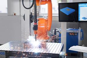 """<div class=""""bildtext"""">Cloos stellte einen Schweißroboter vor, der sich mit dem Instant Robot Programming System (IRPS) nach 3D-Scan des Bauteils selbst programmiert. Zu dieser Technologie veröffentlichen wir im Januar den ersten Anwenderbericht.</div>"""
