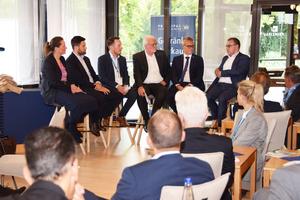 """<div class=""""bildtext"""">Podiumsdiskussion """"Thursday for Future"""" (von l. n. r.): Prof. Dr.-Ing. Sandra Krommes (TH Rosenheim), Pierre Schlosser (Technoform), Florian Stich (ift Rosenheim), Prof. Dr. Winfried Heusler (Schüco), Dr.-Ing. Werner Jager (Hydro Building Systems Germany) und Christian Fischer (Rewindo).</div>"""