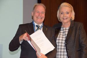 """<div class=""""bildtext"""">Als Dank für die Verdienste um die Entwicklung von Stadt und Region überreichte die Oberbürgermeisterin Gabriele Bauer Prof. Sieberath die Verdienstmedaille der Stadt Rosenheim.</div>"""