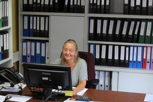 "<div class=""bildtext"">Ehefrau Claudia Hürner organisiert das Büro.</div>"